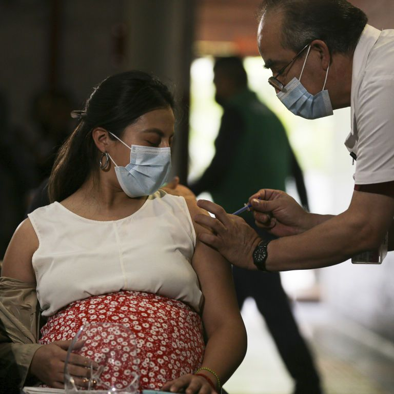 Українцям пояснили, чи може вакцинація від коронавірусу викликати безпліддя і впливати на менструацію