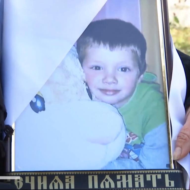 Била головою об підлогу, поки не перестав дихати: мати-одиначка вбила 5-річного сина через обірвані шпалери