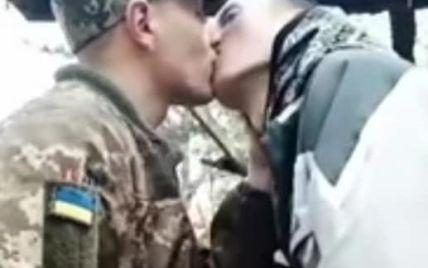 Солдатский поцелуй: видео украинского военнослужащего-гея вызвало бурное обсуждение в Сети