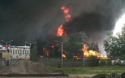 Спасателям удалось потушить три цистерны на нефтебазе под Васильковом