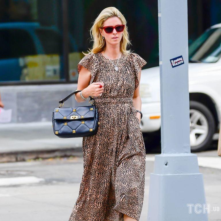 Повторила образ: Ники Хилтон запечатлели в старом платье и с сумкой Valentino