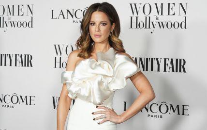У сукні з рюшою і золотих босоніжках: Кейт Бекінсейл заскочили в Нью-Йорку