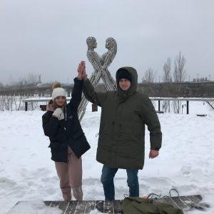В Киеве пара влюбленных приковала друг друга цепью, с которым попытается прожить три месяца