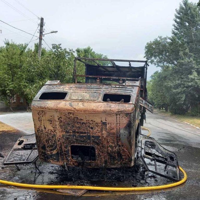 Смолоскип посеред вулиці: у Харкові на ходу спалахнула вантажівка