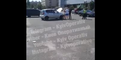 Вчив 9-річного сина кермувати: у Києві Tesla на повному ходу влетіла у Chevrolet та вилетіла на газон (відео)