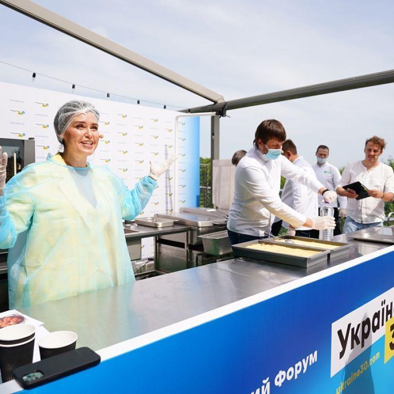 Людмила Барбир испытала новую систему школьного питания и приготовила рыбные котлеты