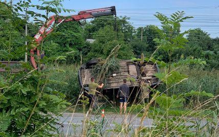 Во Львовской области грузовик слетел в кювет и перевернулся: фото