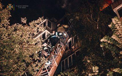 Ночной пожар в Киеве: огонь повредил 4 балкона, покоптил несколько квартир, а спасатели залили водой три этажа