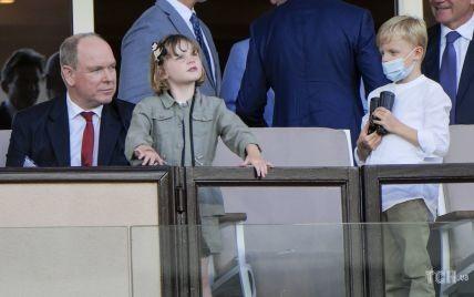 Все еще без Шарлин: князь Монако с детьми был запечатлен на стадионе