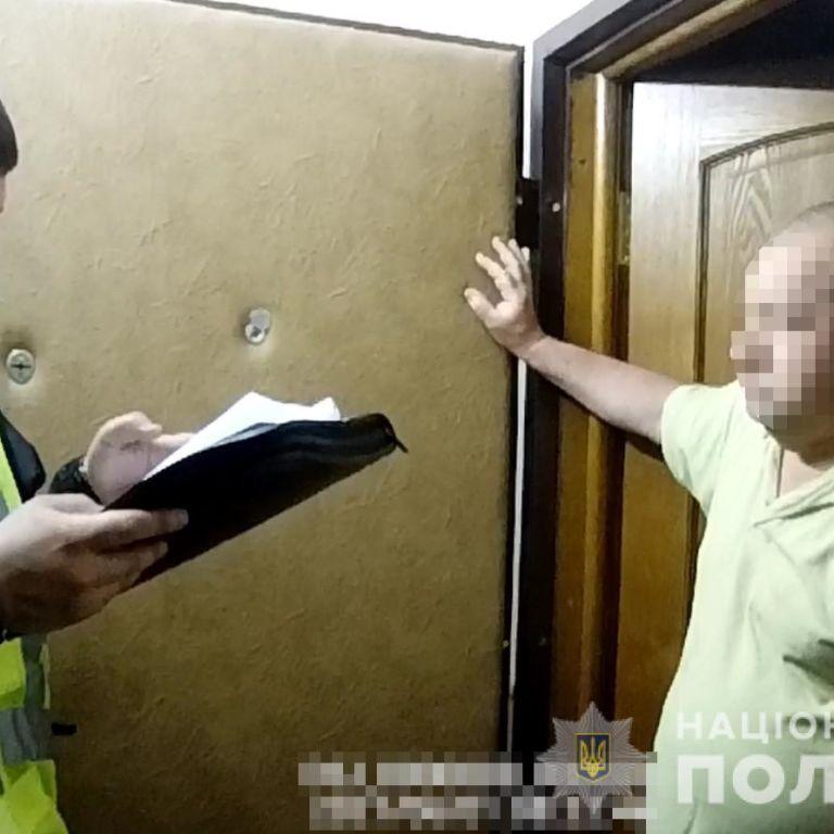 У Києві на Подолі у чоловіка вилучили автомат Калашникова та 750 набоїв (фото)