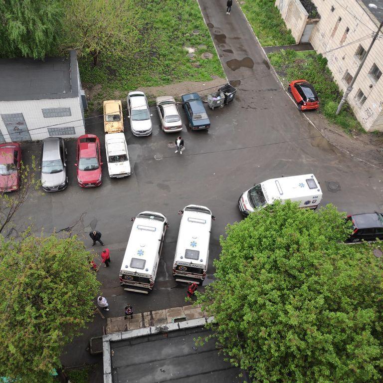 У Києві троє людей застрягли в ліфті: жінці довелося викликати швидку
