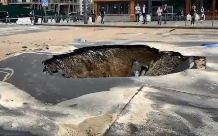 В Киеве в результате прорыва водопровода провалилась дорога: фото