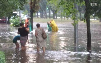Автомобили затопило, все плывет, люди ходят по пояс в воде: в Киеве свирепствовала сильная непогода (видео)