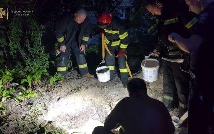Загинув під чотирма метрами: у Києві чоловіка засипало землею під час копання криниці