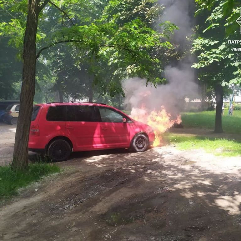 Аномальная жара: во Львове посреди улицы вспыхнули два автомобиля (фото)
