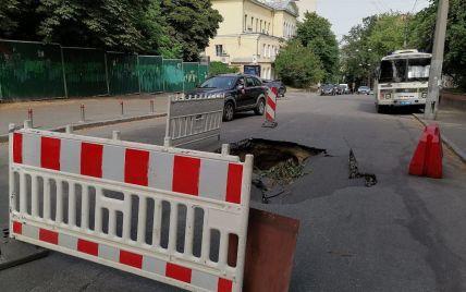 В центре Киева посреди дороги образовалась огромная яма из-за прорыва трубы