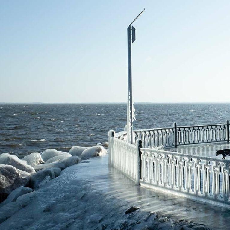 Краса неймовірна: під Дніпром природа наробила шедеврів з льоду (фото)