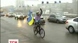 На мосту Патона у Києві до Дня Соборності створили живий ланцюг