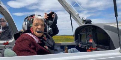 Закарпатська 90-річна бабуся, яка дрифтувала на кабріолеті, показала, як керує літаком: неймовірне відео