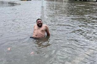 Потоп в Измаиле: местный житель устроил феерический заплыв перед зданием горсовета (видео)