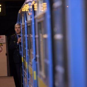 У Києві на рейки метро впала людина