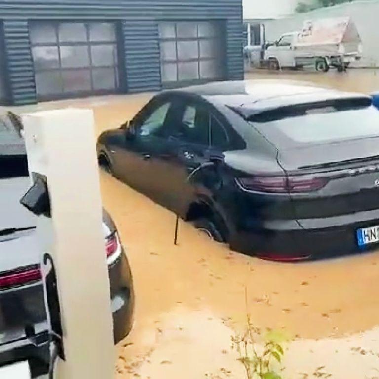 В Германии затопило автосалон с новыми Porsche: видео