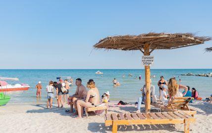 Релакс по-взрослому: на пляже в курортной Кирилловке ребенок пил пиво (видео)