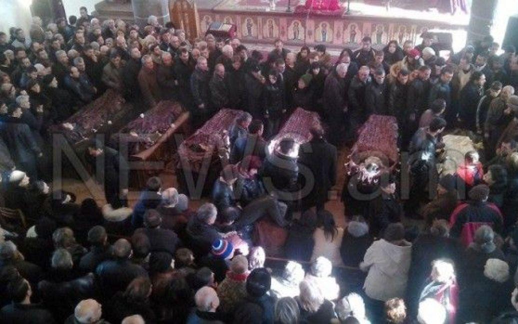 Сотні вірмен прийшли провести в останню путь загиблу родину / © news.am
