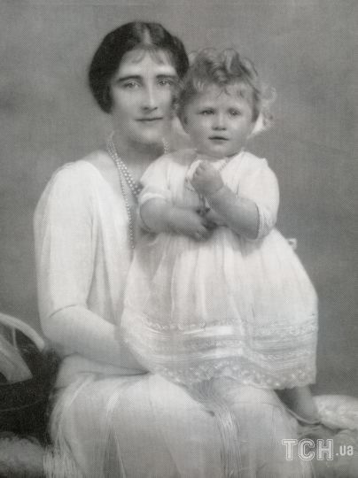 Королева Елизавета II с матерью Елизаветой Боуз-Лайон / © Getty Images