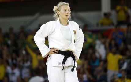 Струсонув і дав спортсменці ляпасів: тренерський ритуал на Олімпіаді-2020 ошелешив Мережу (відео)