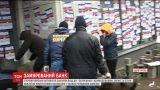 """В Краматорске активисты силой закрыли отделение российского """"Сбербанка"""""""