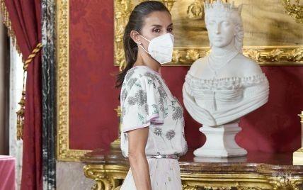 В блузе и юбке-миди: нежный образ королевы Летиции на приеме во дворце