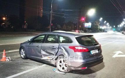 В Киеве Hyundai выехал на встречную и протаранил Ford: водитель скрылся с места ДТП