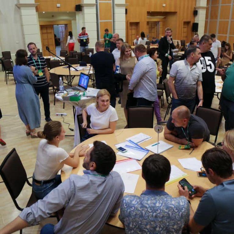 Інтенсив на 13 годин із перервою на обід: як 200 слуг народу готуються стати депутатами