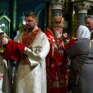 В Пасхальную ночь патриарх Филарет давал верующим целовать Библию и причащал из одной ложки