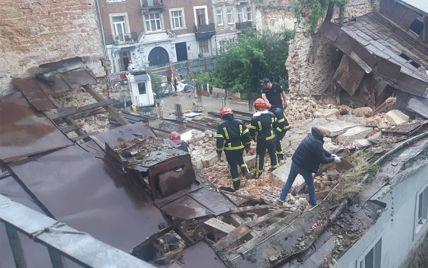 В исторической части Львова обвалилась стена дома: под завалами нашли тело мужчины