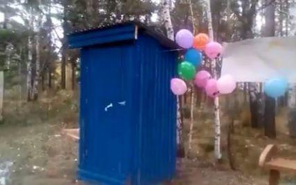 С воздушными шариками: в России торжественно открыли деревянный туалет для водителей автобусов (видео)