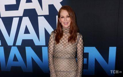 В платье с имитацией сетки: 60-летняя Джулианна Мур на премьере фильма