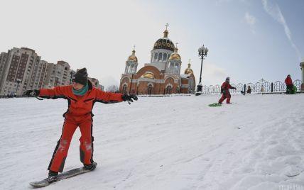Заснеженные дороги, мороз и ветер стали обыденностью: как столица приспособилась к большому снегу