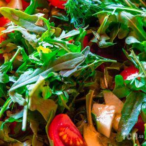 Вітамінний салат з весняної зелені