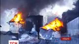 На горящей нефтебазе вторые сутки пытаются потушить пожар