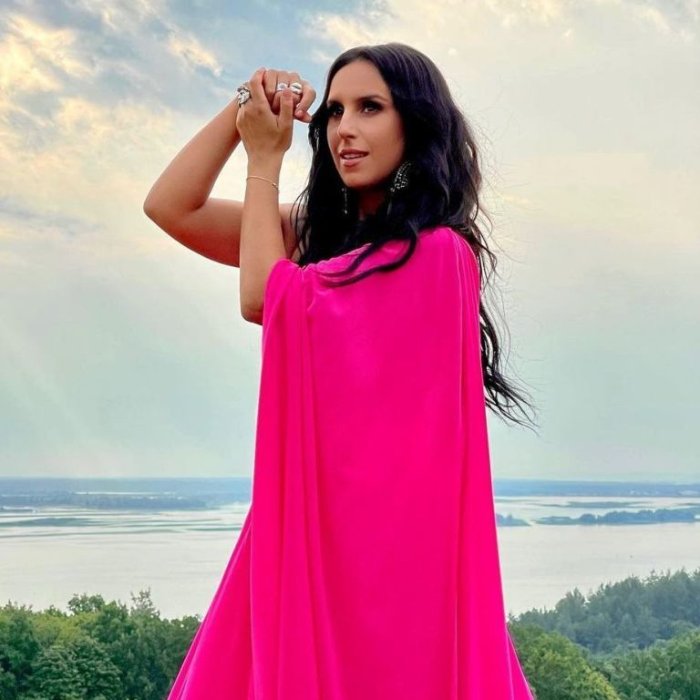 В платье цвета фуксии с разрезом: Джамала в роскошном образе позировала на природе