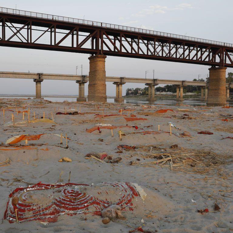 В Индии власти подтвердили факт сброса тел жертв COVID-19 в реку Ганг