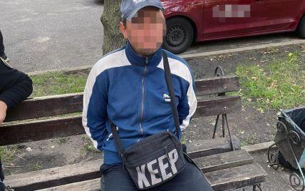 Розрахувався чужою карткою та взув крадені кросівки: у Києві затримали серійного квартирного злодія