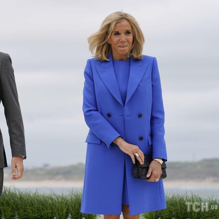 У сукні волошкового кольору і на шпильках: розкішна 68-річна Брижит Макрон на саміті G7