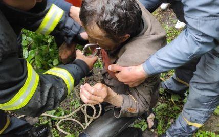 Тримався за стінки з останніх сил: у Харківській області чоловік впав у покинутий колодязь