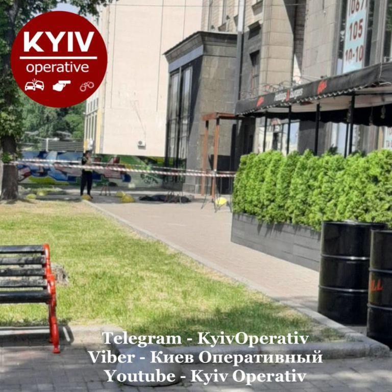 У центрі Києва випав з вікна та розбився невідомий чоловік: подробиці