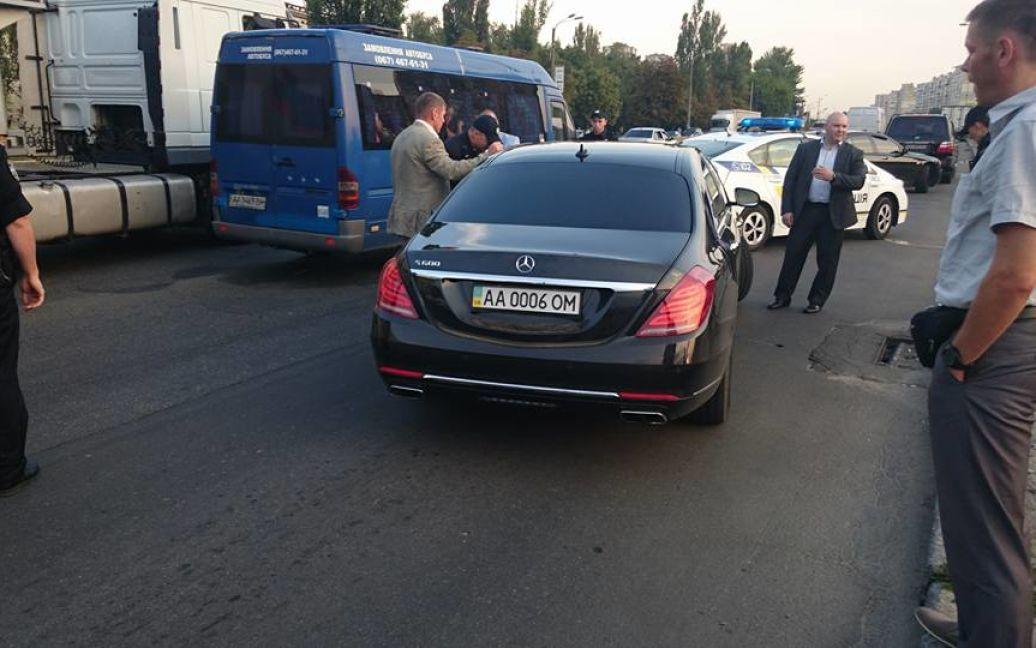 Полицейские остановили кортеж Суркиса. / © facebook/Алексей Тамразов