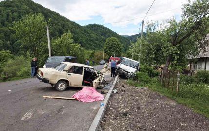 На Закарпатье автомобиль врезался в припаркованный микроавтобус: есть погибший (фото)