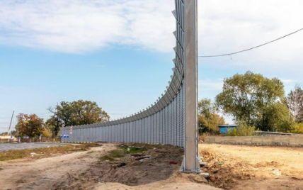 Захищатиме від шуму: у Києві на Оболоні встановили величезний екран з бетону